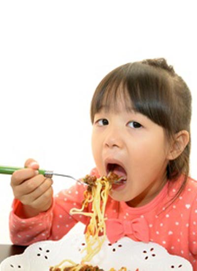 パスタを食べる子供